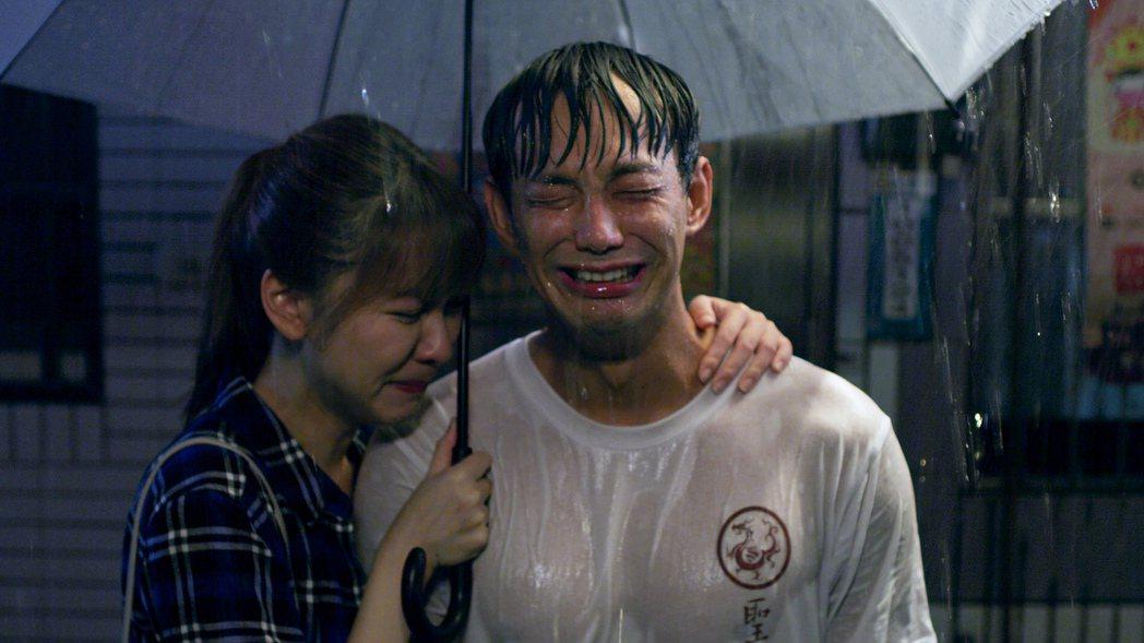 威廉在劇中上演濕身秀。圖/東森、映畫提供