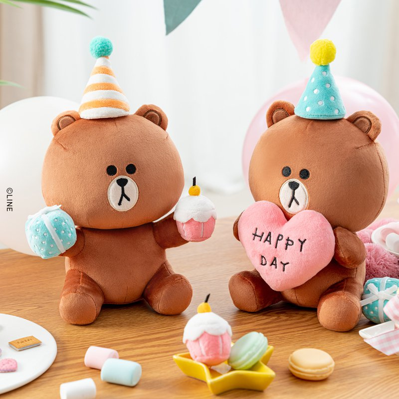 歡慶10周年,熊大將於8月5日開啟直播處女秀,搶先曝光全球獨家禮品「愛心熊大玩偶」(圖右)、「禮物熊大玩偶」(圖左)。圖/LINE FRIENDS台灣提供