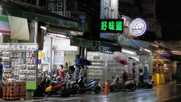 嘉義市政府宣布,即日起至8月6日餐飲業、夜市都限制內用,只能外帶。記者卜敏正/翻...