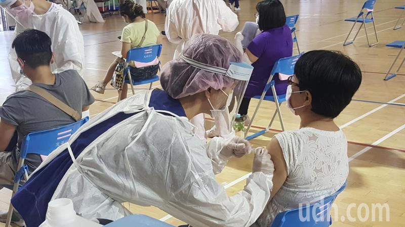 苗栗縣政府因應學校暑期課業輔導及開學前的整備需要,今天分區在5所學校內的大型接種站為國高中及補習班共3685名教職員工施打疫苗。記者胡蓬生/攝影