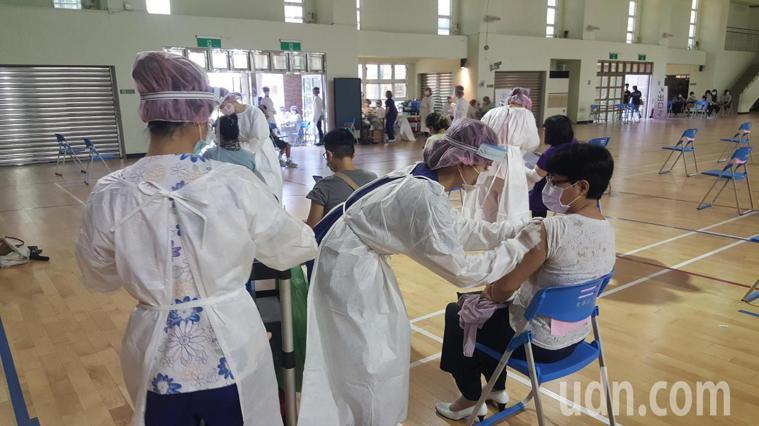 苗栗縣政府因應學校暑期課業輔導及開學前的整備需要,今天分區在5所學校內的大型接種...