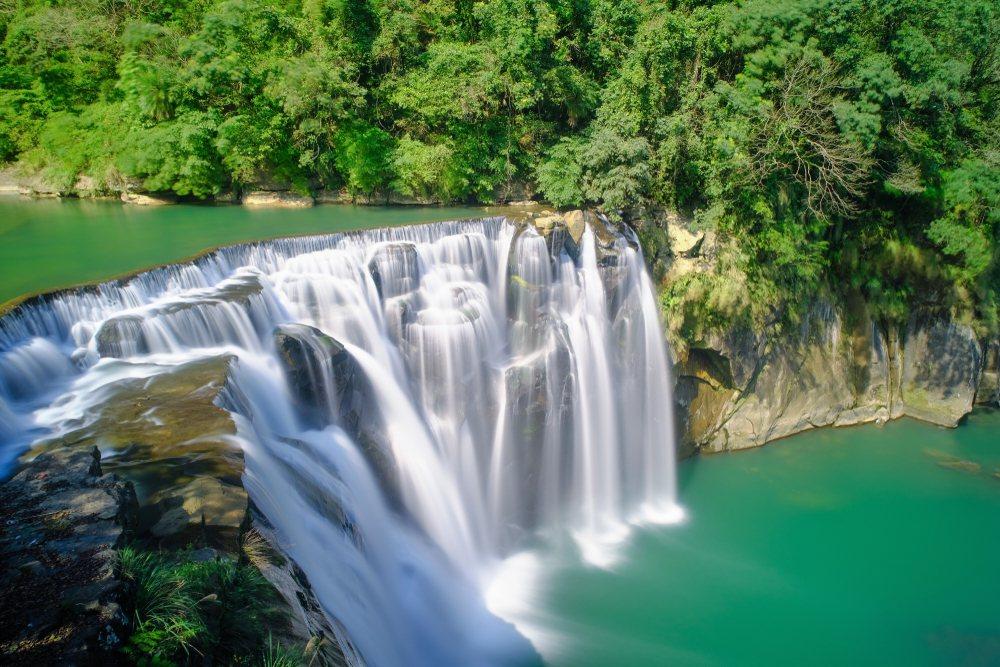 「台北君悅奢華體驗十分瀑布庭園餐廳2日」,將帶你前往有台灣尼加拉瀑布之稱的平溪十...