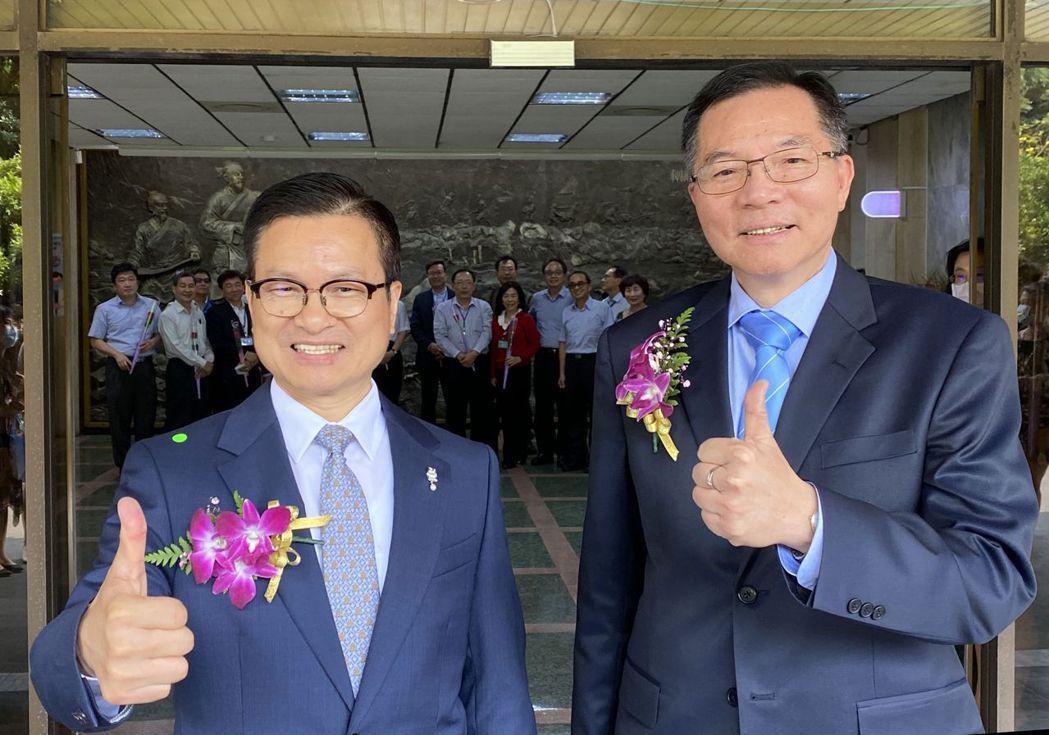 胡南澤(右)2020年3月升任台水董事長。圖/本報資料照片、記者趙容萱攝影