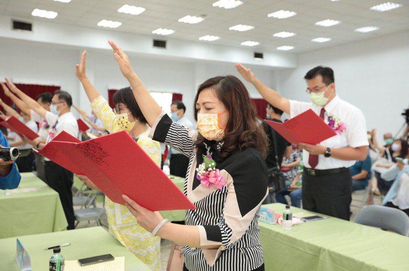 基隆新轉任校長交接,林右昌:開學做好準備因應後疫情。記者游明煌/翻攝