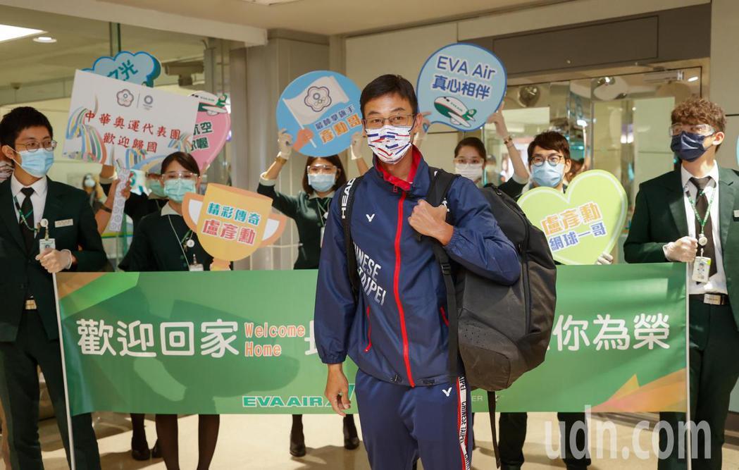 台灣網球一哥盧彥勳(中)下午搭機返回桃園機場,贊助盧彥勳與哥哥兩人商務艙的長榮航