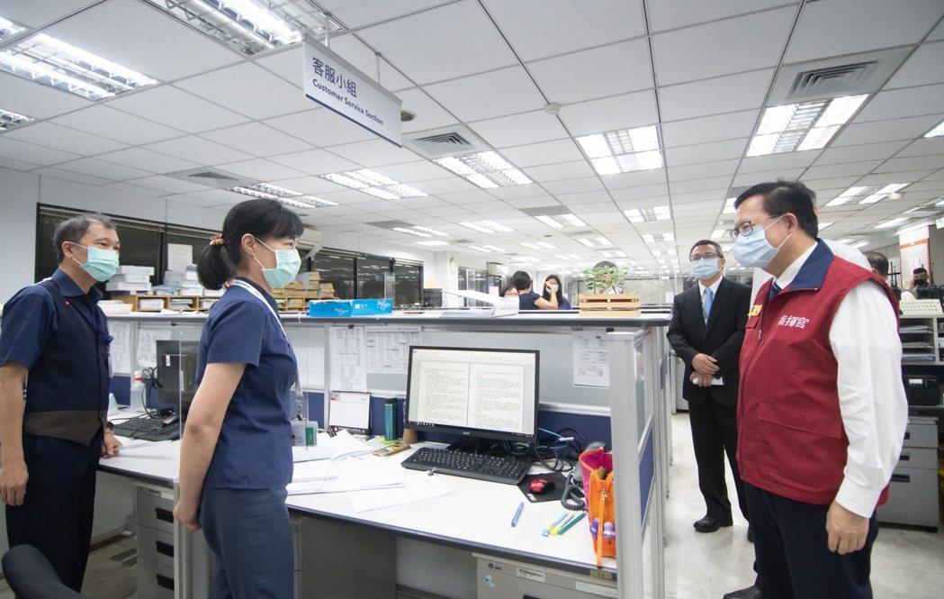 桃園市長鄭文燦今視察華儲貨運站,也宣告該公司感染事件落幕。圖/桃園市政府提供