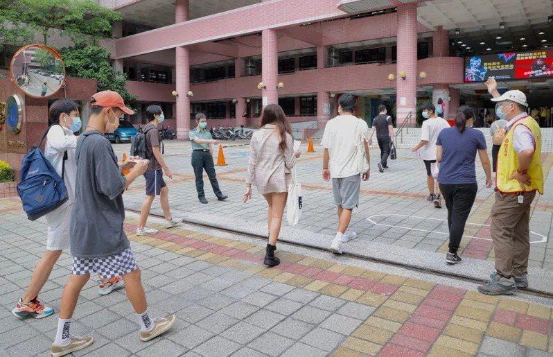 大學指考共4.1萬人報名,考生每天上午7時30分起魚貫入考場。記者林俊良/攝影