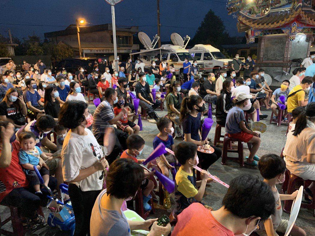 宜蘭上百名鄉親在員山廣濟宮齊聚看林昀儒比賽。記者林佳彣/攝影