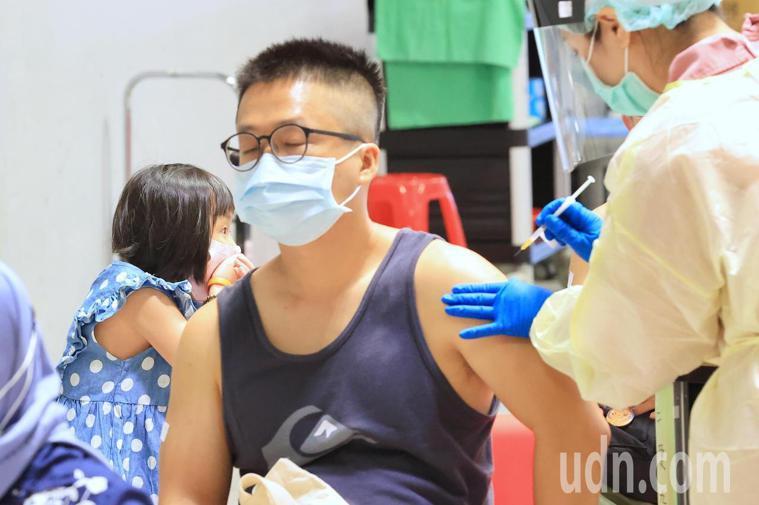 台北市配合中央預約系統,安排補習班業者施打疫苗,萬華區81家補習班業者、226名...