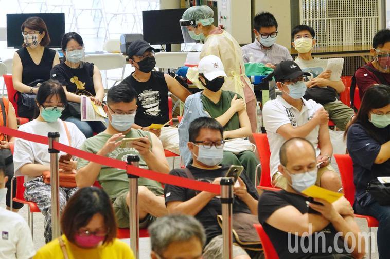 台北市配合中央預約系統,安排補習班業者施打疫苗,由萬華區81家補習班業者、226...