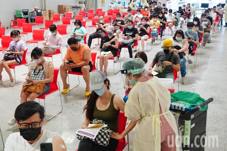 台北市配合中央預約系統,安排補習班業者施打疫苗,226名教職員工今天在花博爭艷館...