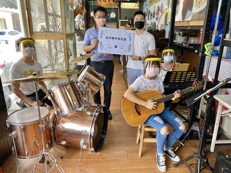 豆志服務社與中港佳音樂器公司合作,共同舉辦樂器捐贈活動。記者宋健生/攝影
