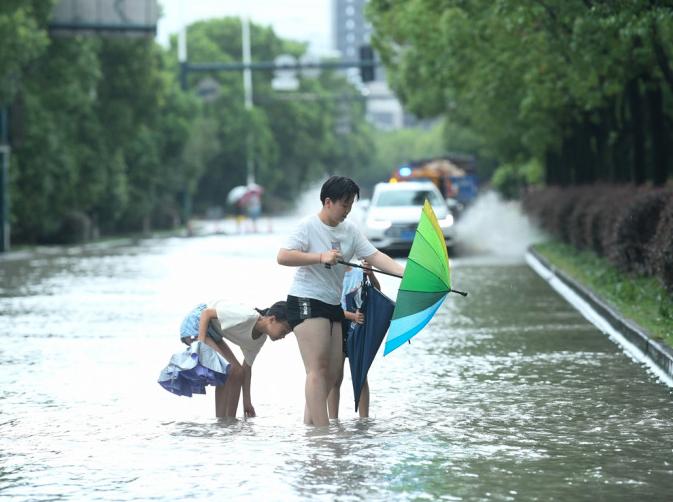 與台灣擦身而過的烟花颱風行進間一度停滯不前,登陸大陸浙江一帶後,帶來致災性的風雨。新華社
