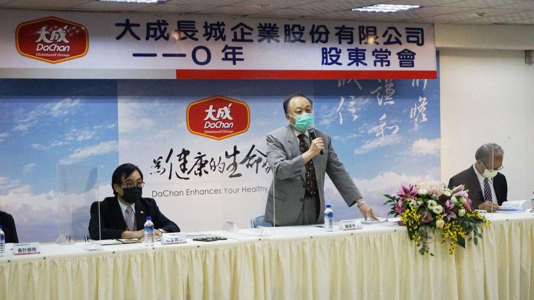 大成股東會,董事長韓家宇表示,馬稠後食品加工廠和電宰廠因疫情關係,稍微延遲,但將...