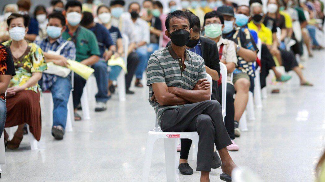 泰國民眾排隊等候接種新冠肺炎疫苗。變種病毒Delta快速傳播,掀起新一波感染潮,...