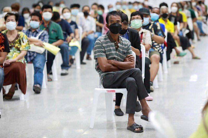 泰國民眾排隊等候接種新冠肺炎疫苗。變種病毒Delta快速傳播,掀起新一波感染潮,促使各國加快疫苗施打腳步。路透