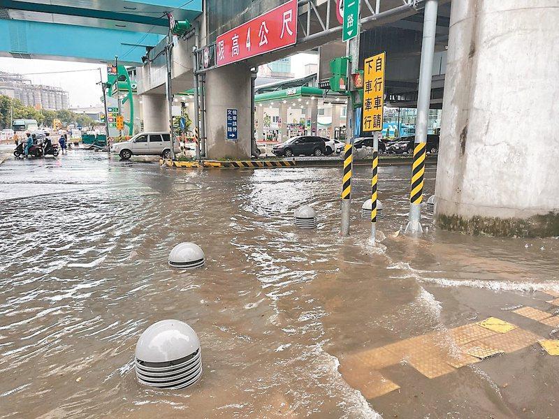 桃園市龜山區復興一路、文化一路昨下午因大雨淹水。記者曾健祐/翻攝