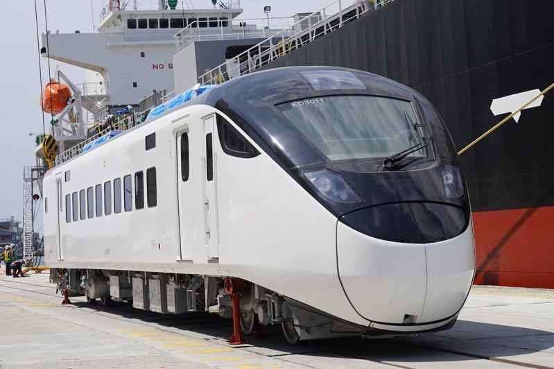 台鐵新採購EMU3000新型城際列車,首批昨在花蓮港卸船,後續陸續交車,預計最快今年底有3列就可上線。記者王燕華/攝影