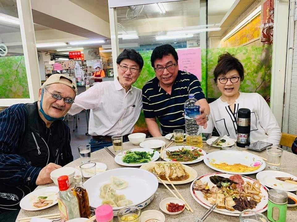 洪麟(左)幾個月前還和圈內好友聚餐,如今傳出過世的消息。圖/摘自臉書
