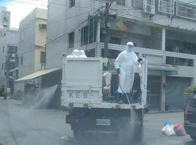 嘉義縣一家工廠爆群聚感染,清潔隊在染疫工廠及周邊村落社區全面清消。記者魯永明/攝影