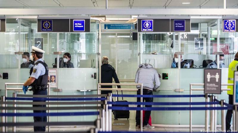 出於對假期新冠病毒感染率上升的擔憂,從8月1日起,德國要求所有未接種疫苗的入境旅客都要出示陰性檢測報告。圖/德國之聲中文網