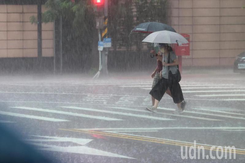 近日各地都有雨,有網友抱怨到藥妝店消費離開時,發現新買的雨傘不翼而飛。記者蘇健忠攝影/報系資料照