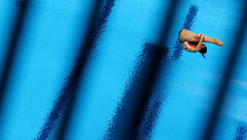墨西哥知名跳水選手查維茲(Arantxa Chavez)在參加東奧女子3公尺跳板跳水預賽時,疑似重心不穩,導致沒辦法完成有效動作,最後拿到0分收場。圖為查維茲先前比賽畫面。 路透社