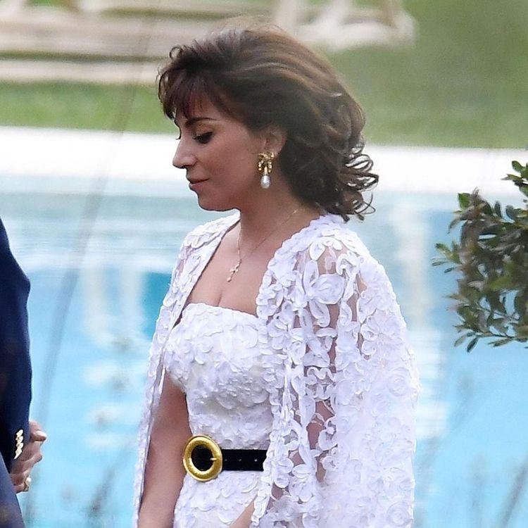 Lady Gaga穿著白色刺繡裙裝,巧妙搭配Zara皮帶,這身造型是要呈現在劇中...