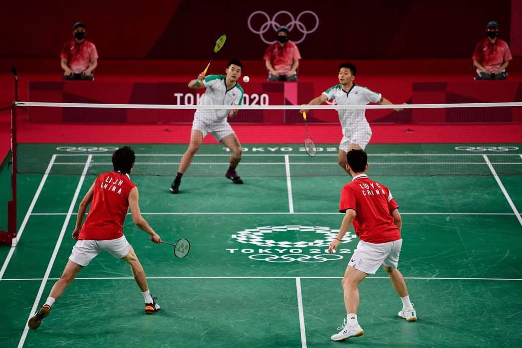 李洋/王齊麟(左)金牌戰獲勝。 法新社
