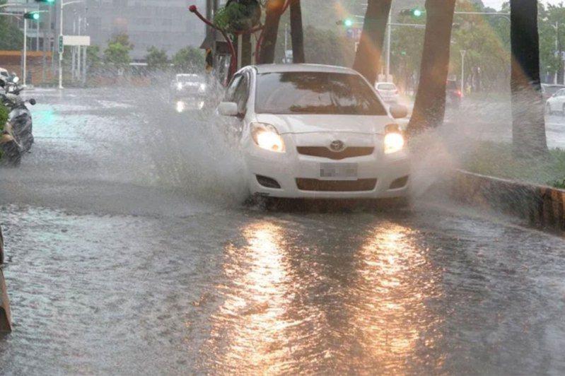 受西南氣流及低氣壓影響,高雄多處出現豪雨、淹積水情況。記者劉學聖/攝影