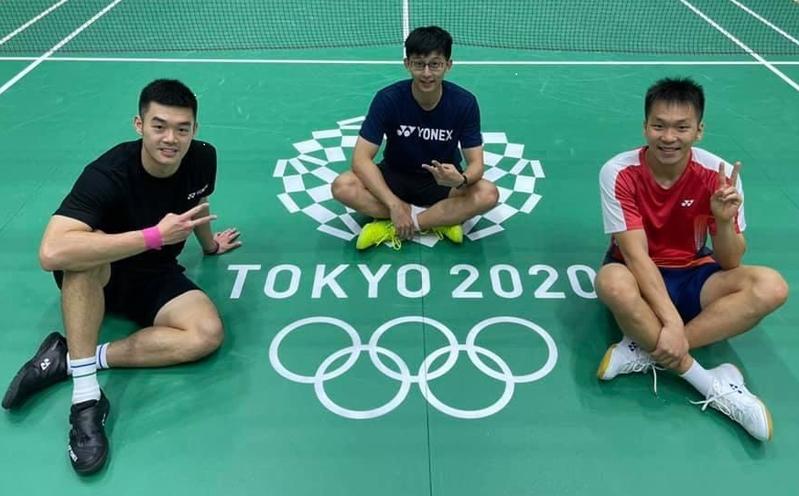 土銀羽球「黃金男雙」王齊麟/李洋獲東京奧運男雙金牌,圖為「黃金男雙」王齊麟(左)/李洋(右)與教練陳宏麟(中)合照。圖/土銀提供