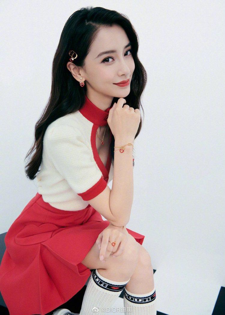 Angelababy穿著白色上衣、紅色短裙搭配長襪,簡直是學生造型。圖/取自微博