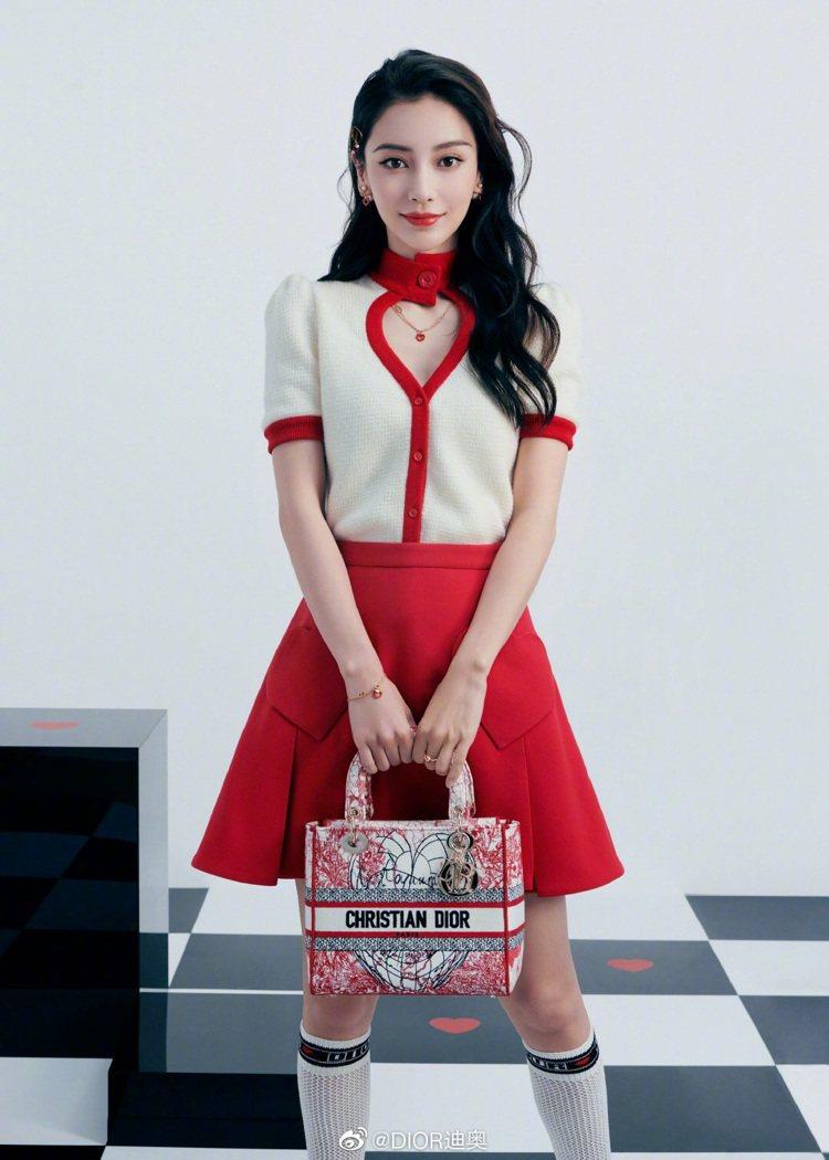 Angelababy手提LADY D-Lite印花刺繡包款。圖/取自微博