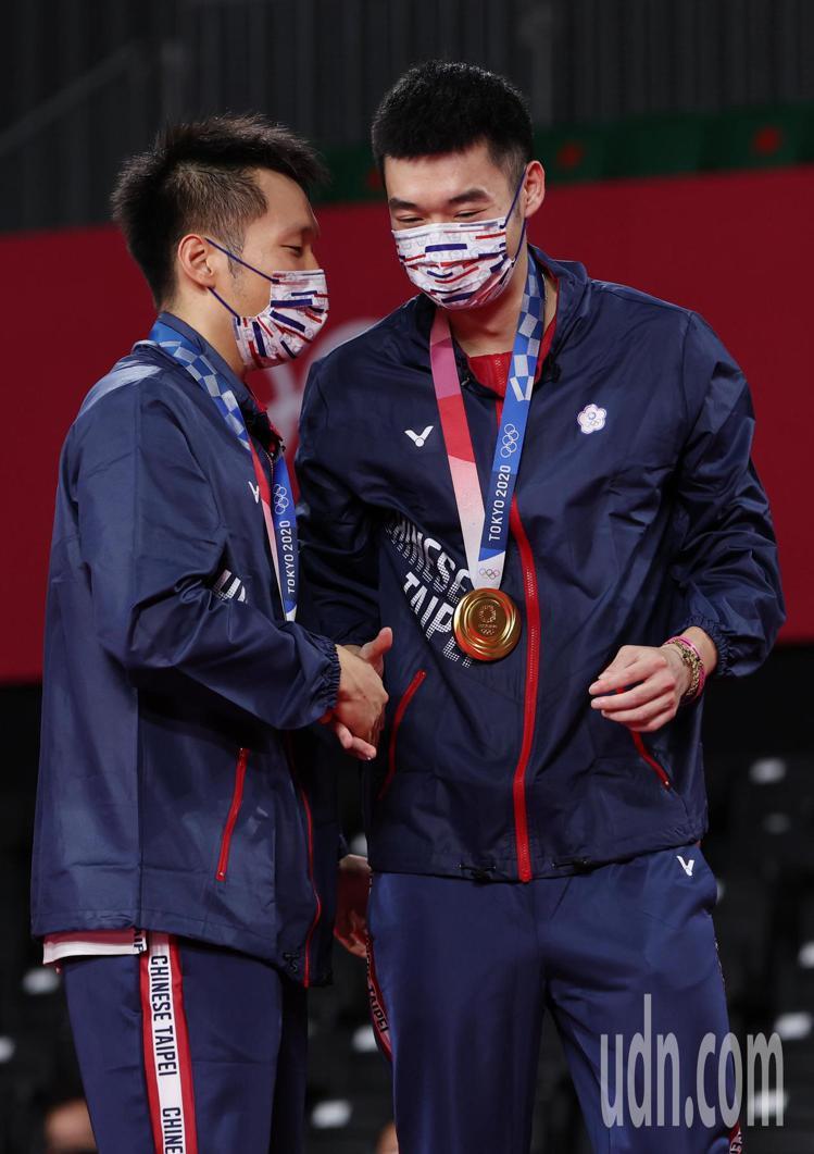 李洋(左)和王齊麟在羽球場上,展現出絕佳默契,都讓網友深深覺得根本就是一對。特派...