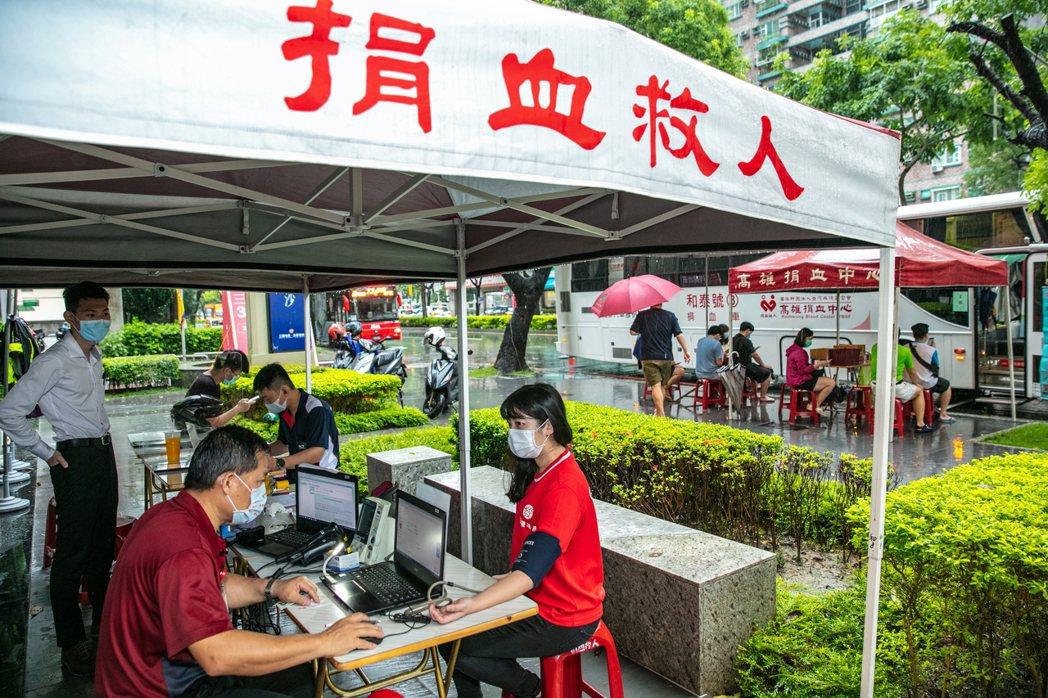 高雄今天下大雨,但仍有近200名愛心民眾冒雨前來捐血。