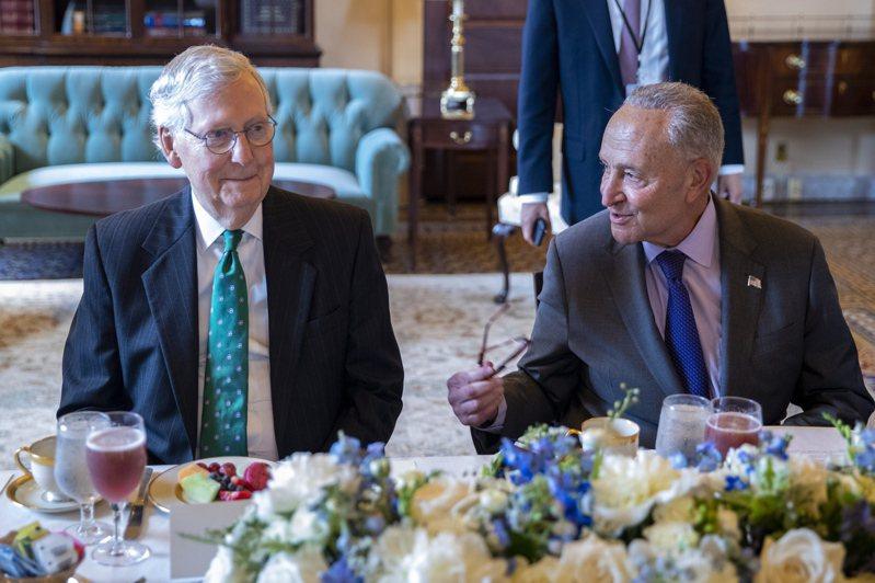 關係重大的美國基建案在兩黨取得基本共識下,在參院邁開了第一步,圖為參院多數黨領袖舒默(右)與少數黨領袖麥康諾在表決前會面。(歐新社)