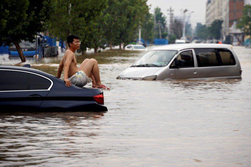 圖為河南鄭州本月22日大雨成災景象。路透