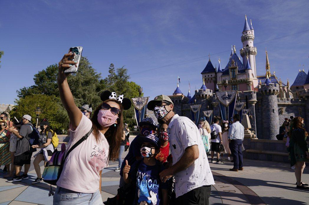 美國迪士尼30日宣布,加州和佛州迪士尼樂園的現場員工都必須接種疫苗。美聯社