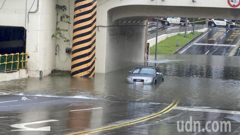 台南市上午小東路地下道積水已逾半輪胎,惟大雨不停歇,積水加速,一度達60公分,有轎車受困。記者邵心杰/攝影
