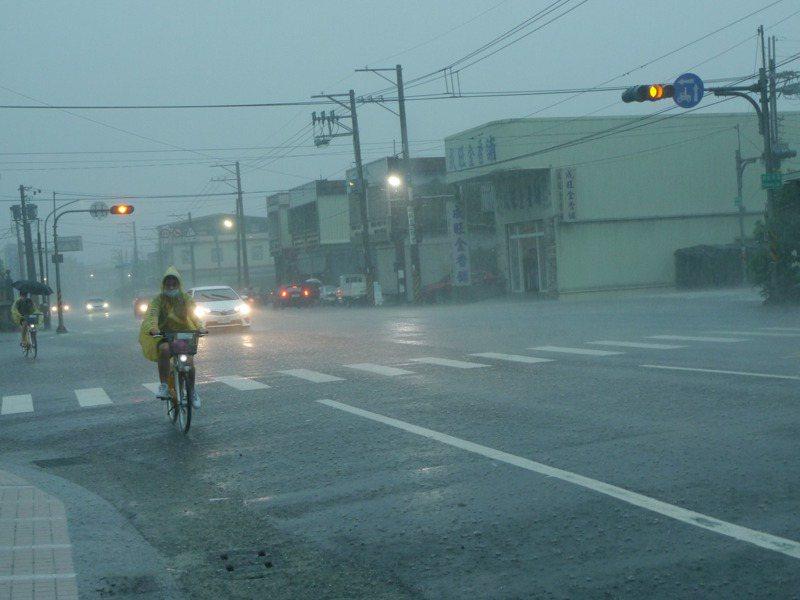 今天上午北高雄雨勢驚人,岡山、永安等七個行政區的三小時累積雨量已經突破100毫米,天空一片灰暗。記者徐白櫻/攝影