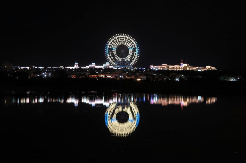 舉重女神郭婞淳打破奧運紀錄,勇奪首面金牌,摩天輪推出東奧系列燈光秀同慶,圖/麗寶樂園提供