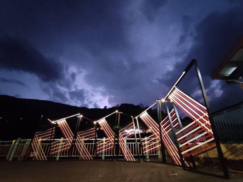 新北在烏來打造第2座地景藝術「烏來織藝廣場」,每周五六日夜晚也都有點燈。圖/新北原民局提供