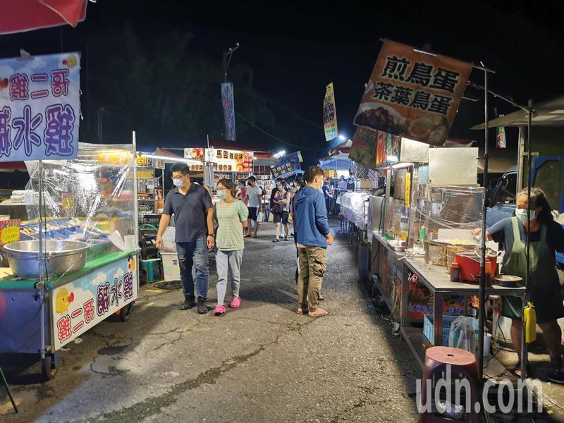 嘉義市政府昨公告,即日起至8月6日提升防疫管制措施,餐飲業及夜市一律外帶,不開放內用。記者卜敏正/攝影