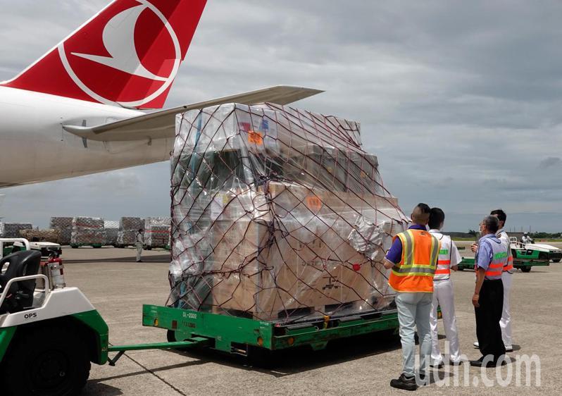 立陶宛捐贈台灣的2萬劑AstraZeneca疫苗在上午抵達台灣,疫苗卸下後由海關人員進行機邊驗放作業。記者鄭超文/攝影