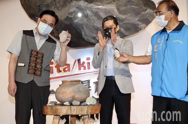 國父紀念館博愛藝廊舉辦「原住民族日特展」,文化部長李永得(中)、原民會主委夷將‧拔路兒(左)出席開幕式。記者林俊良/攝影