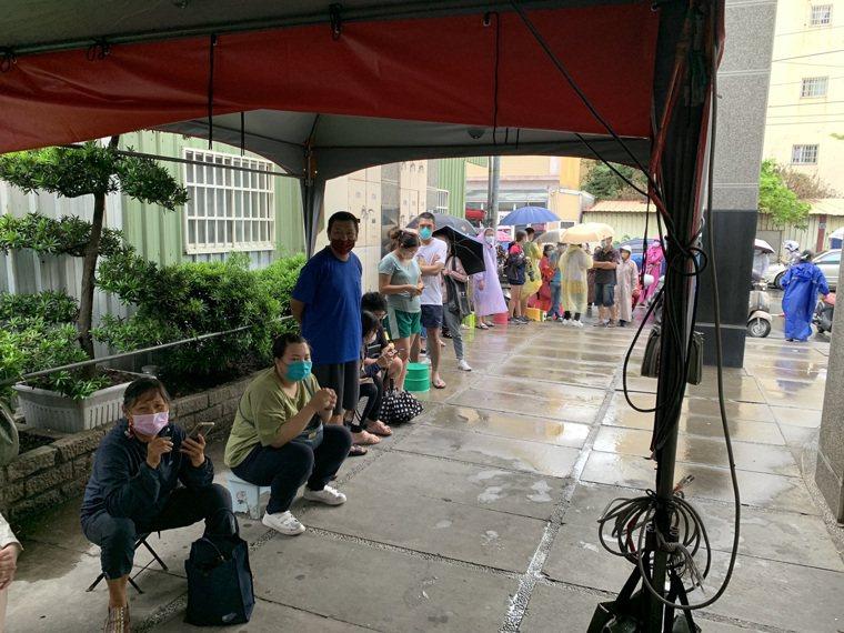 鹿港豐安診所開放殘劑疫苗,今天凌晨3點就有人排隊。圖/豐安診所提供
