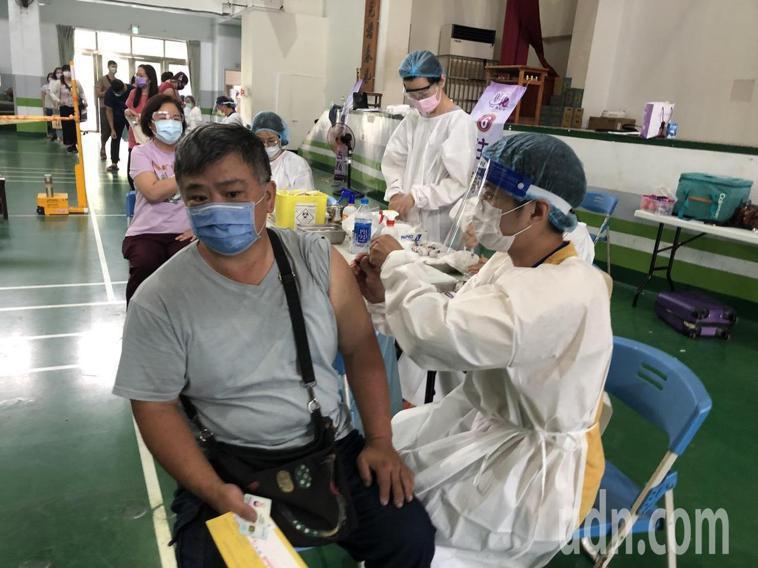 彰化縣第四輪疫苗預約接種開打,將有2萬多人施打。記者林敬家/攝影