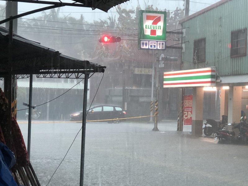 高雄沿海地區出現豪雨,部分道路積水管制通行。記者徐白櫻/翻攝