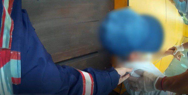 高雄連日豪雨,魏姓男子因患有帕金森氏症,突全身無力,躺在路邊長凳上,左營警分局舊...