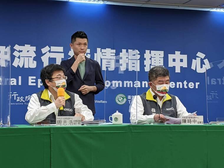陳時中(前排右)說,能體會地方執行施打疫苗壓力,但希望大家配合政策,「造冊施打,...